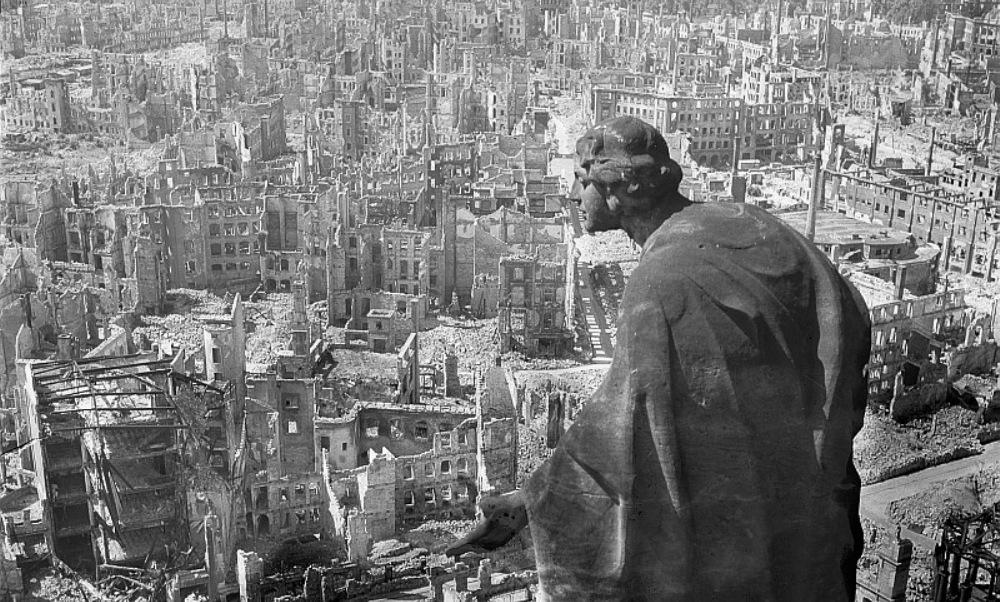 Een blik op het verwoeste Dresden in 1945. De stad werd in februari van dat jaar gebombardeerd. (foto: Wikimedia)