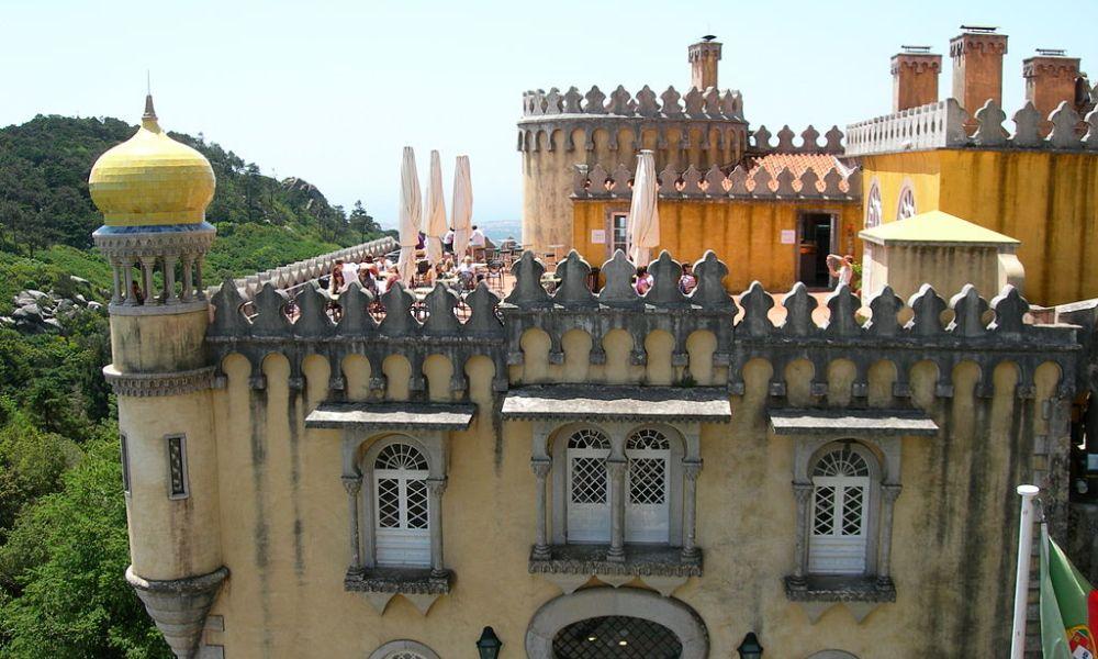 Een van de terrassen van het Palácio Nacional da Pena. Hier is de vermenging met de Oosterse bouwstijl goed herkenbaar.