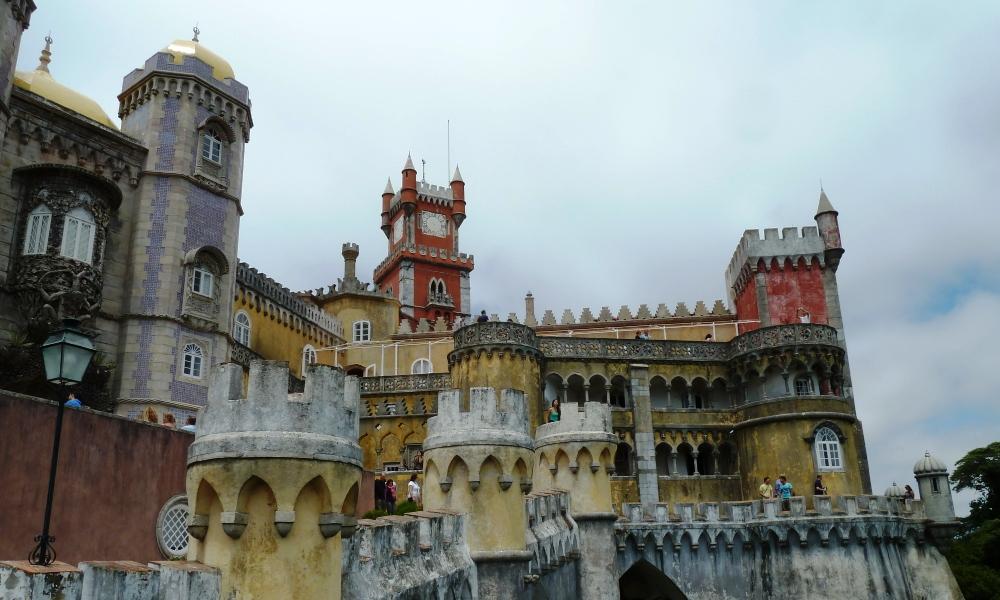 Uitzicht op de rijk versierde gevel van het paleis met zijn vele torentjes. Achterin is de klokkentoren goed zichtbaar (foto: Daniëlle van Mourik).