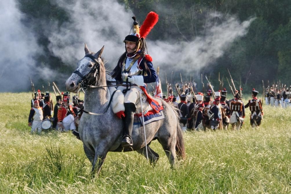 Een Franse cuirassier rijdt op het slagveld van Waterloo tijdens een reenactment van de slag in 2011.