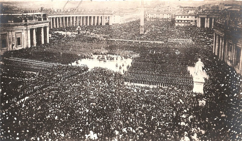 Zouaven verzameld op het Sint Pietersplein in Rome voor de pauselijke zegen op 25 april 1870. (Foto: Wikimedia)