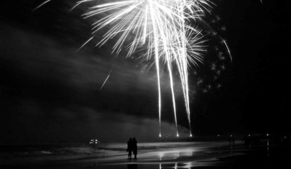 Oud en Nieuw op de Atlantikwall (foto van vuurwerk boven een strand: Wikimedia)