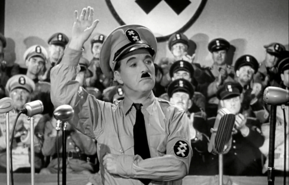 De emotionele toespraken van Hitler werden door Chaplin op de hak genomen: hij liet Hynkel een onverstaanbaar brabbel Duits in de microfoon schreeuwen (foto: United Artists)