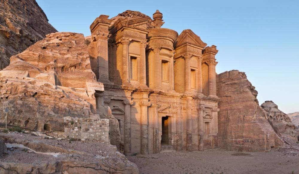 Het klooster Ad-Deir bij Petra. Het gebouw dateert uit de eerste eeuw na Chr. Pas in de vierde eeuw na Chr. werd het daadwerkelijk een klooster, toen het christendom zijn intrede deed in Petra. (foto: Andreas Voegelin)