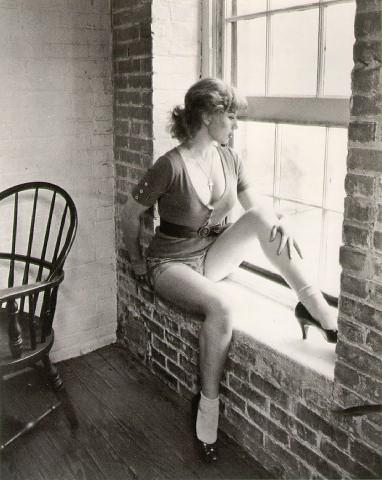 Cindy Sherman (1954) werd beroemd met een serie portretten van zichzelf in verschillende clichébeelden, gebaseerd op vrouwelijke filmrollen.