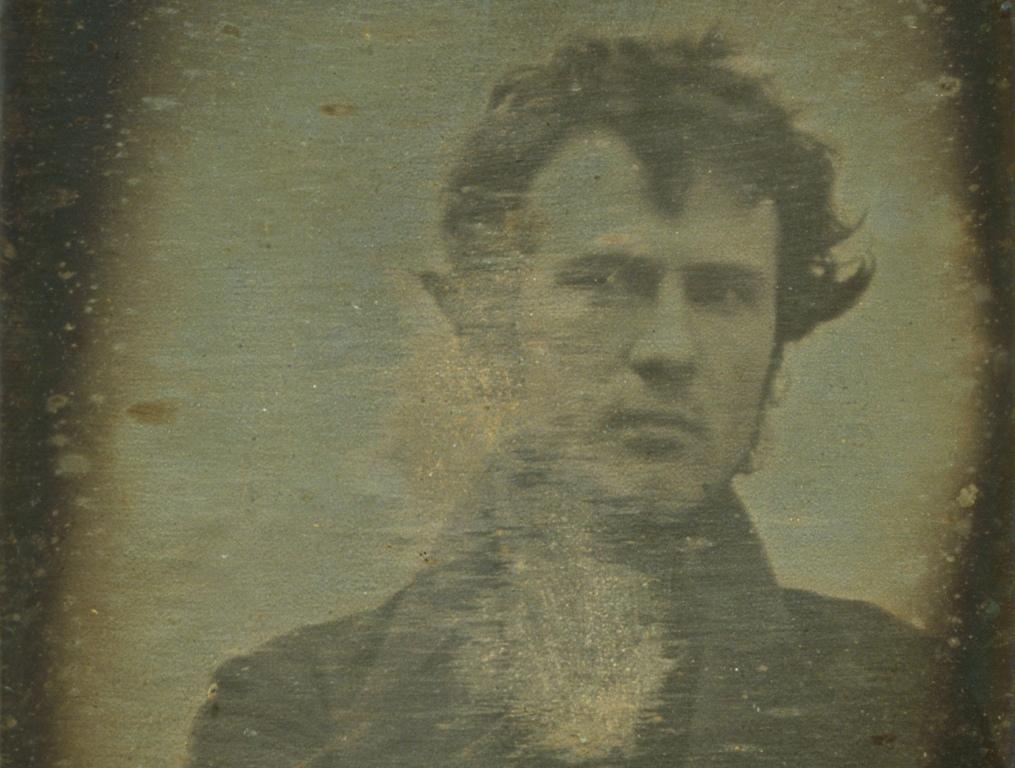 De eerste selfie uit 1839, door Robert Cornelius.