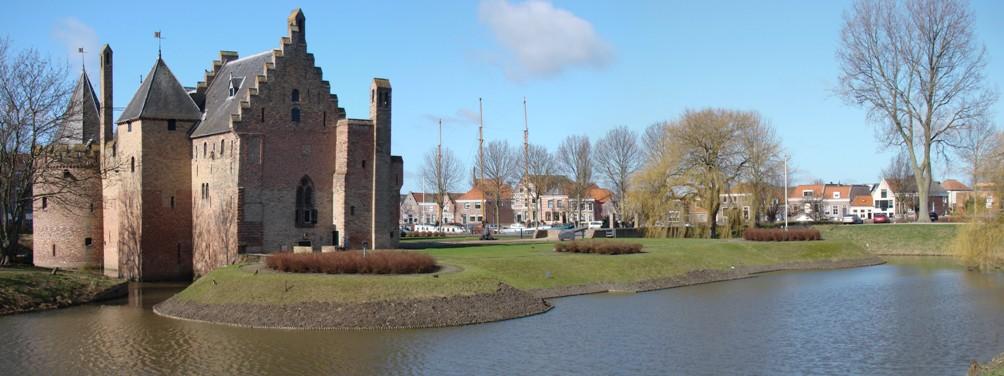 Panorama van het Kasteel Radboud. Sinds de 16e eeuw ligt het kasteel binnen de stadsmuren van Medemblik.