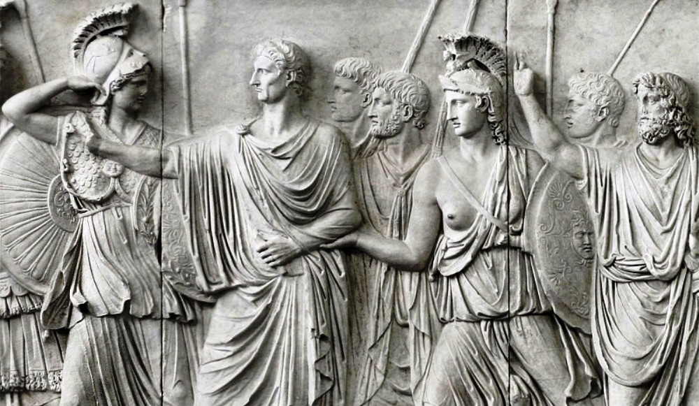 Nadat keizer Domitianus het damnatio memoriae had gekregen, werd zijn hoofd op dit deel van de Cancelleria Reliefs (Frieze A) vervangen door dat van zijn opvolger Nerva. Dit is nog duidelijk te zien. Het hoofd van Nerva is niet in verhouding met de rest van zijn lichaam; zijn nek te lang en zijn kin te kort. (foto: Flick/Helen Simonsson)