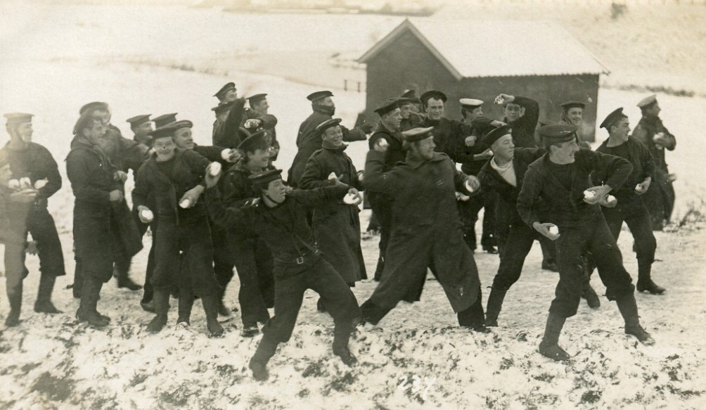 Sneeuwballengevecht in het Engels Kamp (foto: Noordelijk Scheepvaartmuseum)