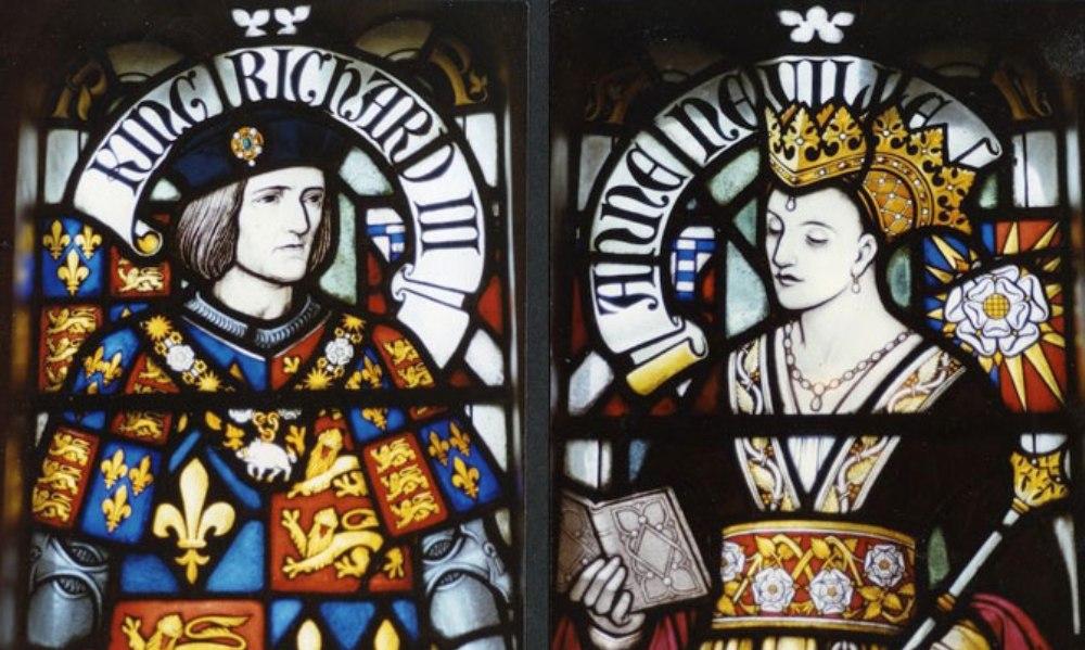 Richard III afgebeeld als koning, samen met zijn vrouw Anne Nevile, op een glas in lood raam in Cardiff Castle.