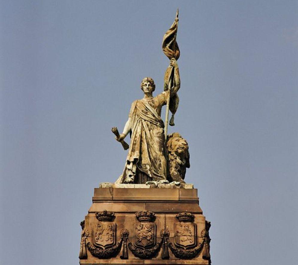 Beeld van de Nederlandse maagd bovenop het monument 1813 op het plein 1813 in Den Haag. (foto: Wikimedia)