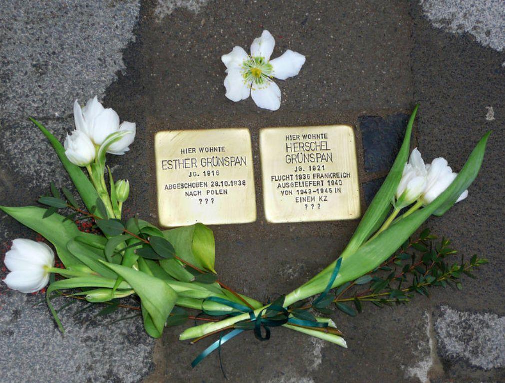 Twee gedenkstenen voor de familie Grynszpan, met een aparte steen speciaal voor Herschel Grynszpan (foto: Wikimedia)