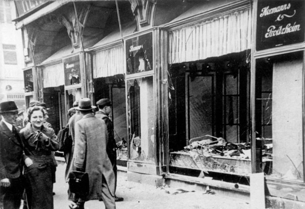 Joodse winkeleigenaren die nog de deur uit durfden na de Kristallnacht in november 1938, zagen dat hun winkels compleet verwoest waren (foto: Wikimedia)