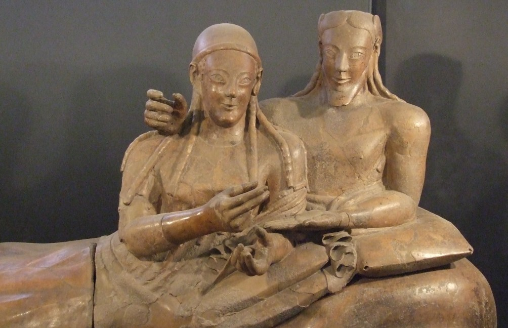 Sarcofaag met Etruskisch echtpaar uit Cerveteri dat aanligt bij een symposium, uit 6e eeuw v.Chr..(foto: Wikimedia)