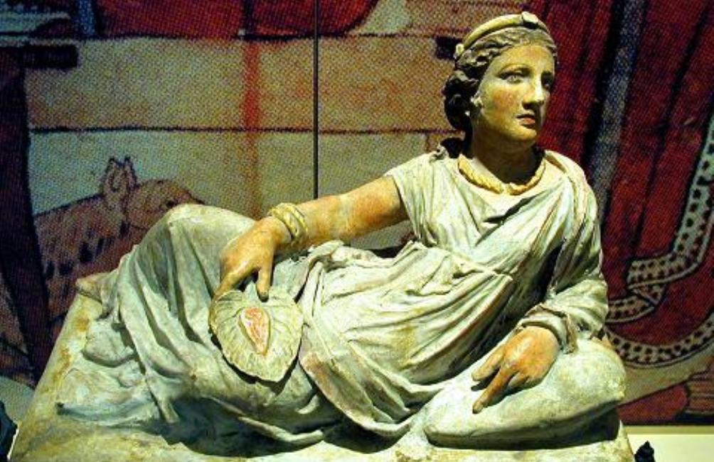 Beeld van een Etruskische vrouw op een deksel van sarcofaag, 150-120 v.Chr.. (foto: WIkimedia)