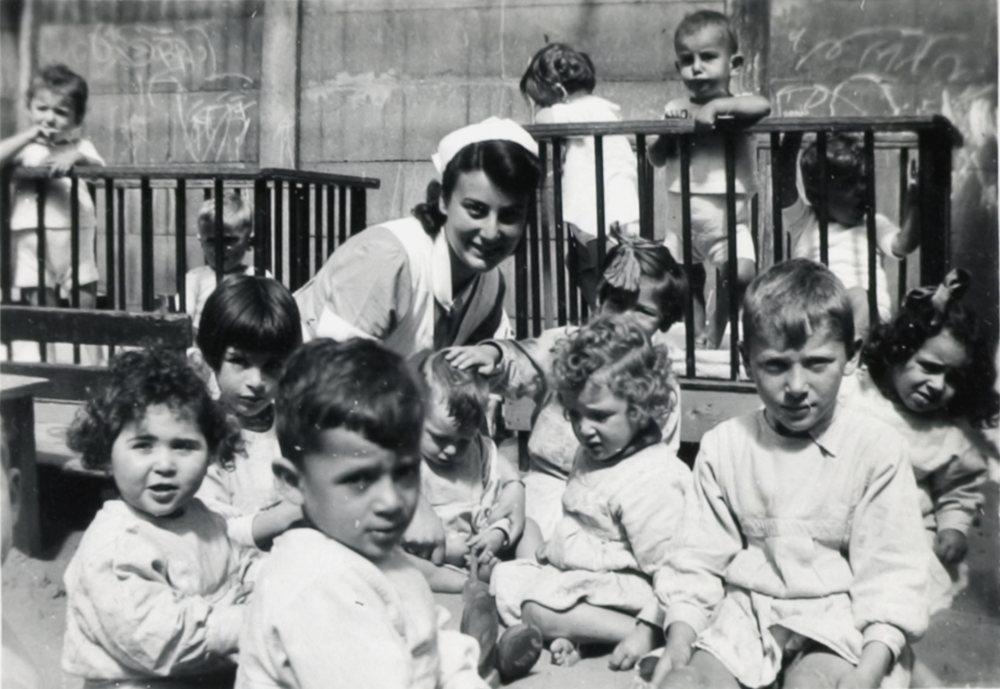 Groepsfoto van kinderen uit de crèche aan de Plantage Middenlaan, circa 1942. (foto: collectie Joods Historisch Museum)