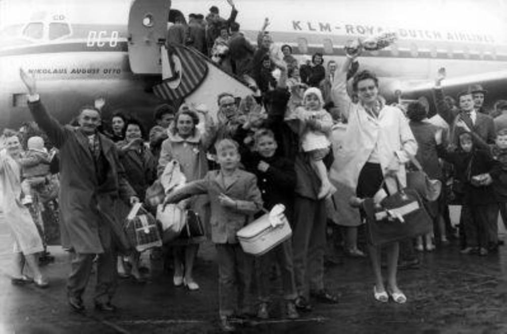Op 28 december 1960 vetrok een enthousiaste groep emigranten naar Australië. Hier zwaaien ze vrienden en familie uit. (foto: Nationaal Archief op Flickr/The Commons)