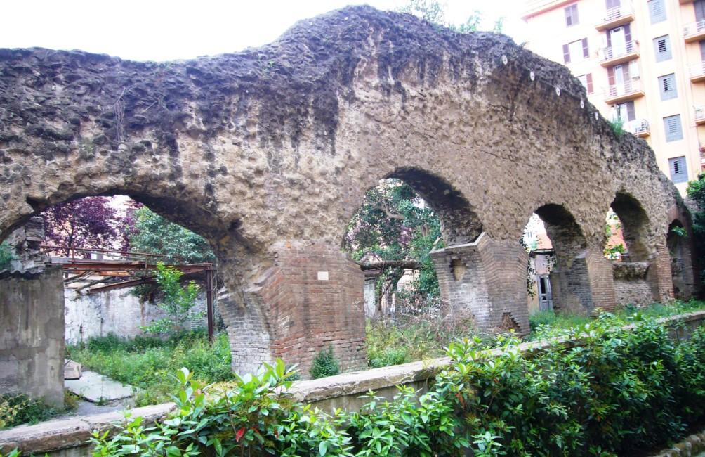 Resten van de Porticus Aemilia in de Romeinse wijk Testaccio. (foto: Wikimedia)