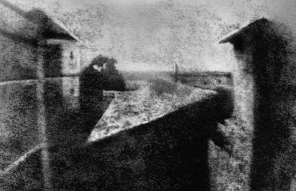 Het resultaat van 8 uur belichting. 'La cour du domaine du Gras' uit 1826 is de oudste bewaard gebleven foto ter wereld. (Foto: Wikimedia)