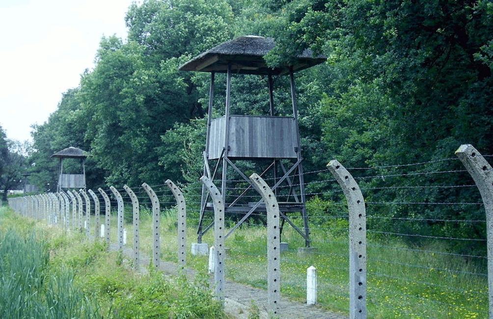 Wachttorens en prikkeldaad: de stille getuigen van Kamp Vught (foto: Wikimedia)