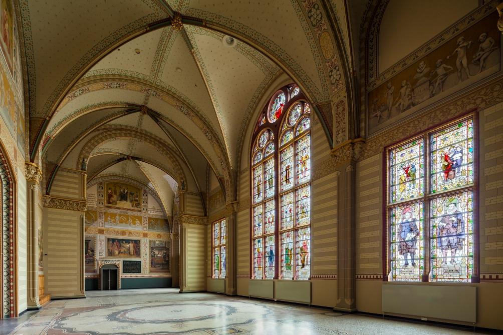 Het ontwerp van het Rijksmuseum kreeg in de beginjaren veel kritiek te verduren, het werd ook wel 'de kathedraal van Cuypers' genoemd. Tegenwoordig wordt het gebouw beschouwd als een belangrijk nationaal monument. (foto: Rijksmuseum)