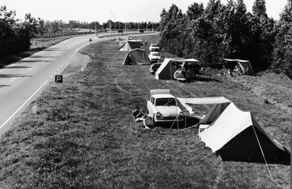 Sommige bermtoeristen installeerden zich met tent en al naast de weg. (foto: techniekinnederland.nl)