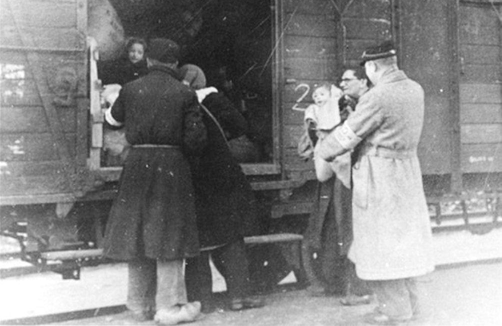 Deportatie vanuit doorgangskamp Westerbork, 1944 - 1945. (foto: Wikimedia)