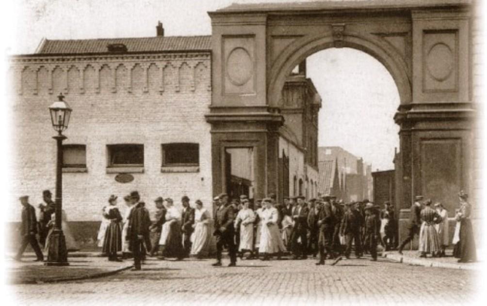 Rond 1910 verlaten, na een dag hard werken, zowel de vrouwen als mannen de fabriek van Sphinx aan de Boschstraat in Maastricht (foto: mestreechonline.nl)