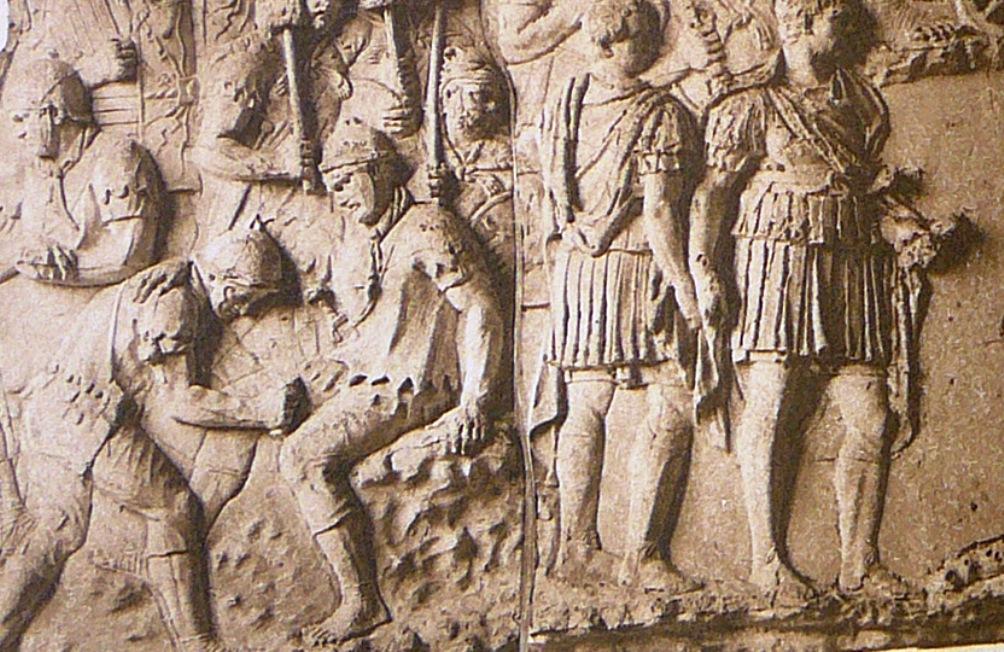 Fragment uit de zuil van Trajanus (107-112 n.Chr.). Een gewonde soldaat krijgt verzorging. (Foto: Wikimedia)