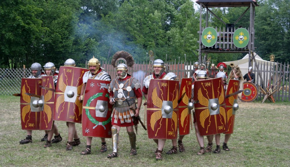 Een groep re-enactors uit Oostenrijk verbeeld Romeinse soldaten uit 70 n.Chr. die ten strijde trekken. (foto Wikimedia).