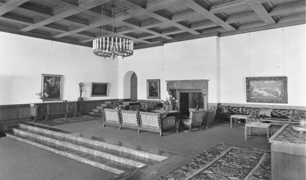 De grote zaal van de Berghof. Het schilderij rechts van de open haard, Venus & Amor van Paris Bordone, wordt in mei 1946 door de Amerikanen overgebracht naar het Nationaal Museum in Warsaw. Het moest dienen als 'goedmakertje' voor alle kunst die in Polen is vernietigd tijdens de Duitse bezetting. (foto: Wikimedia)