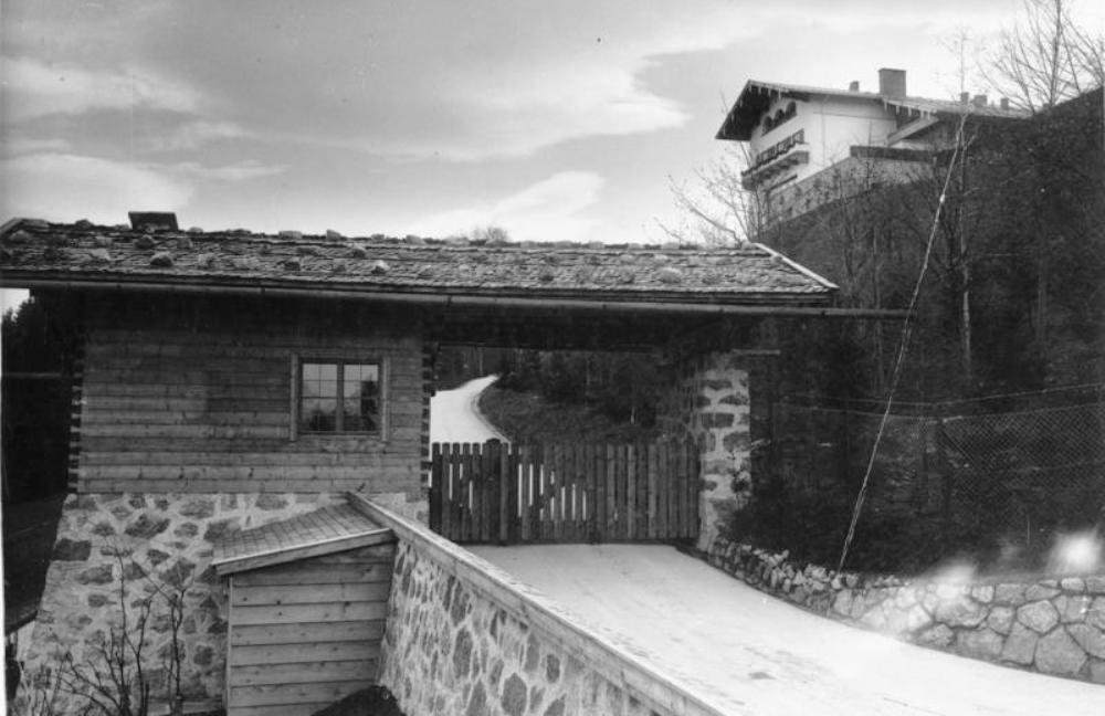 Toegang tot de Berghof met een wachtpost van de SS. Rechtsboven is de Berghof te zien (foto: Wikimedia)