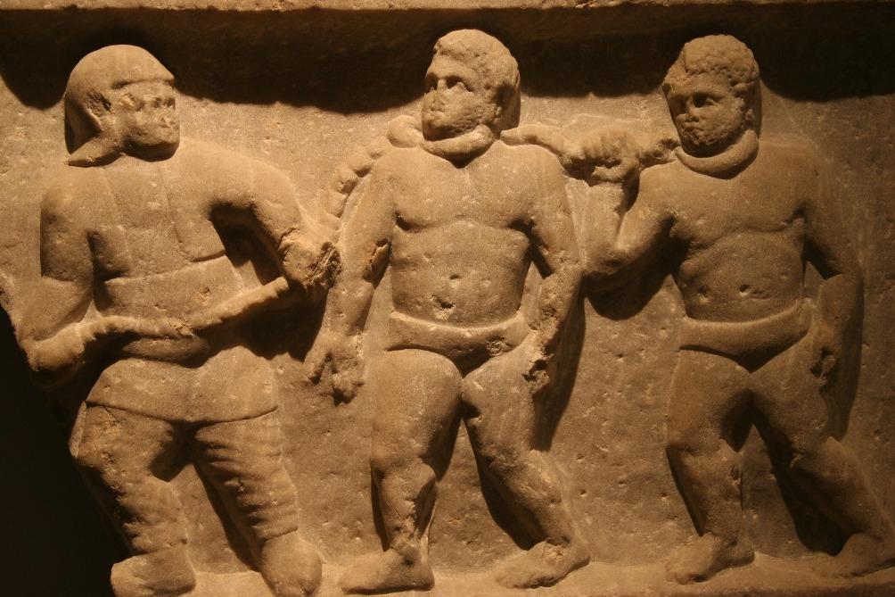 Geketende Romeinse slaven afgebeeld op een reliëf gevonden in Izmir, Turkije. (Foto: Wikimedia)