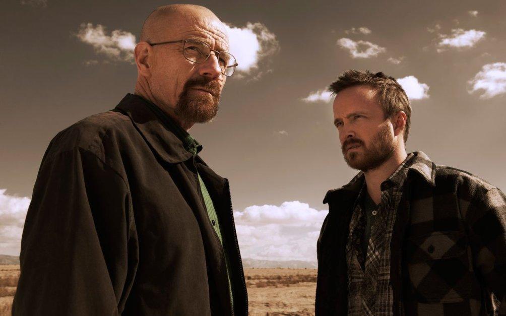 Bryan Cranston als Walter White en Aaron Paul als Jesse Pinkman in de serie Breaking Bad, waarin onmiskenbaar Hitchcock-elementen zijn verwerkt.
