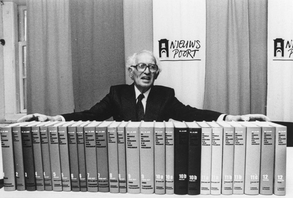 Loe de Jong in 1988 bij de presentatie van het laatste (26e) deel van zijn levenswerk Het Koninkrijk der Nederlanden in de Tweede Wereldoorlog. (foto: ANP Historisch Archief)