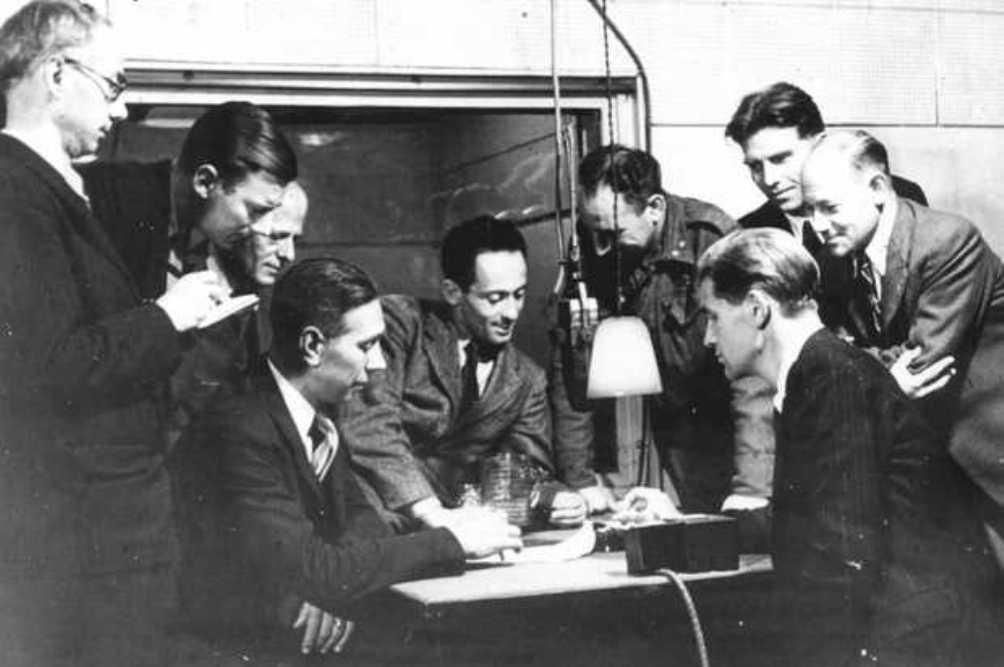 Lou de Jong met medewerkers van Radio Oranje op 15 oktober 1944. V.l.n.r.: H.W Sandberg, Jan v Os, J. pearl, H.J.vd Broek, drs Lou de Jong, L. Fas, H. Reijneke van Stuwe, A den Doolaard en George Sluizer. (foto: ANP Historische Archief)