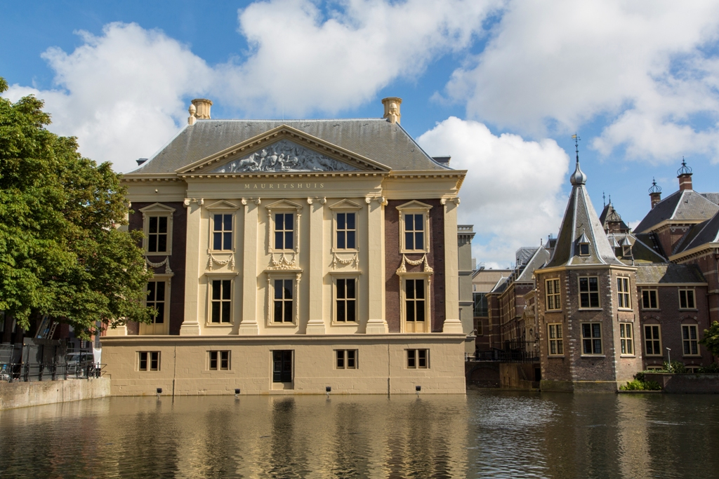Museum Het Mauritshuis gezien vanaf de hofvijver. (foto: Ivo Hoekstra)