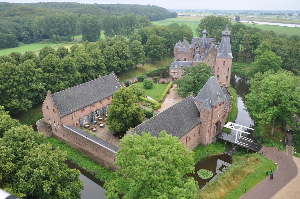 Zicht op kasteel Doorwerth vanuit de lucht. (foto: Kasteel Doorwerth / Stichting Geldersch Landschap & Kasteelen)