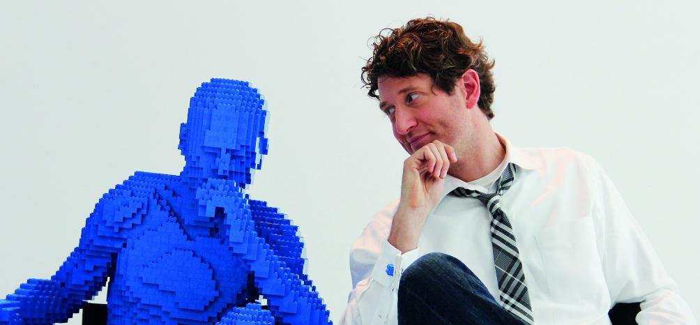 Legokunstenaar Nathan Sawaya met een van zijn creaties. (foto: Amsterdam EXPO)