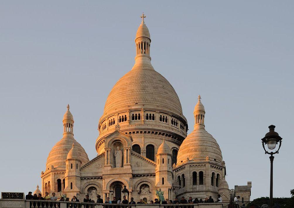 De Basilique du Sacré-Cœur in Montmartje. Om bij de kerk te komen, kan men 222 treden klimmen of de Funiculaire de Montmartre (kabelbaan) nemen. (foto: Wikimedia)