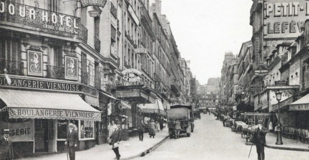 Montmarte in 1925: Rue Lepic gezien vanaf de Place Blanche. (foto: Wikimedia)