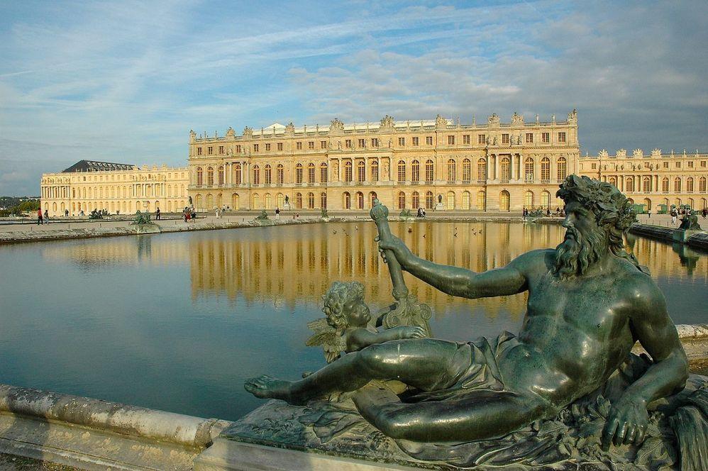 Zicht op het paleis gezien vanuit de tuinen. (Foto: Wikimedia/Marc Vassal)
